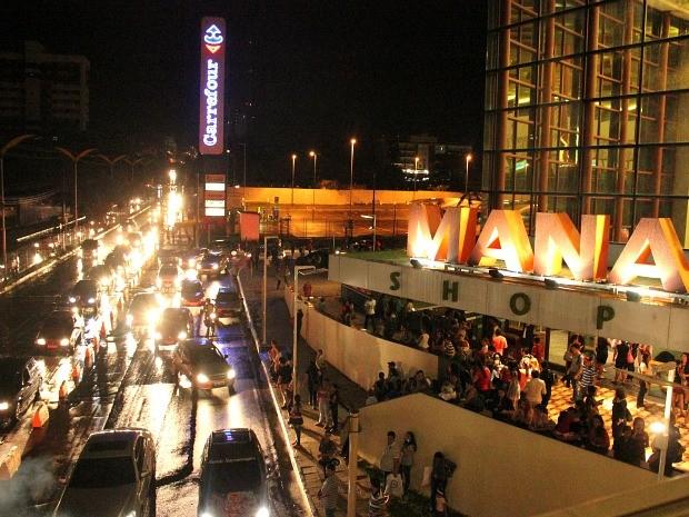 Seguranças do shopping orientaram que as lojas fossem fechadas e que pessoas fossem evacuadas do local (Foto: Mônica Dias/G1 AM)