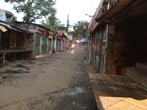 Fogueira no interior da comunidade do Jacarezinho, no subúrbio do Rio (Foto: Marcelo Ahmed/G1)