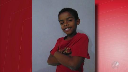 Sob comoção, menino de 10 anos achado carbonizado é enterrado