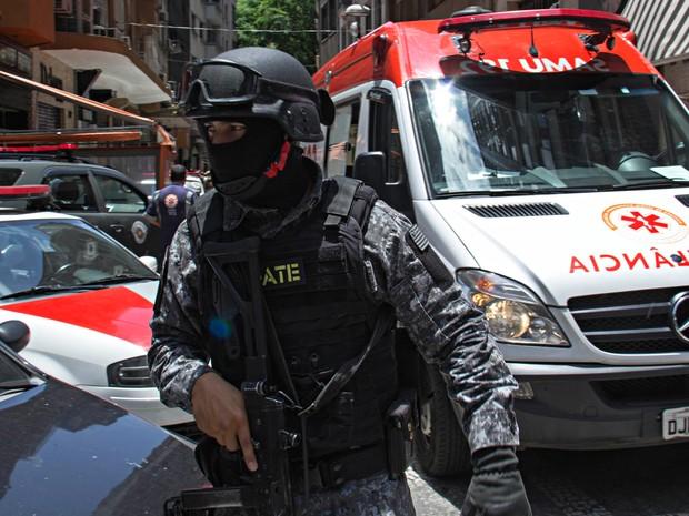 Assaltantes fazem clientes reféns em joalheria na Rua Barão de Paranapiacaba, no Centro de SP, nesta terça (15) (Foto: Adailton Damasceno/Futura Press/Estadão Conteúdo)