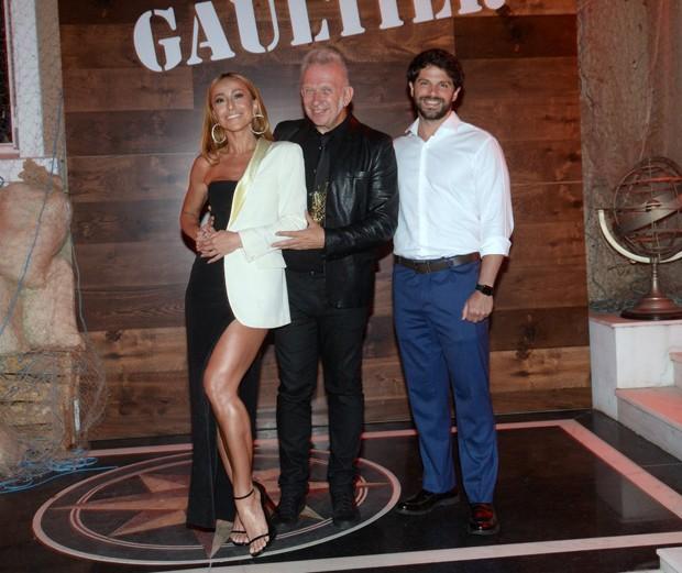 Duda Nagle e Sabrina Sato com Jean Paul Gaultier (Foto: Leo Marinho/Brazil News)