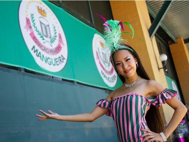 Japonesa Saaya Suga, de 23 anos, deu a volta ao mundo para realizar o sonho de desfilar na Mangueira (Foto: Rodrigo Gorosito/ G1)