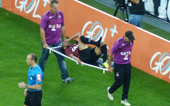 Lesionado, Dellatorre sai de campo do Atlético-PR (Foto: Monique Silva)