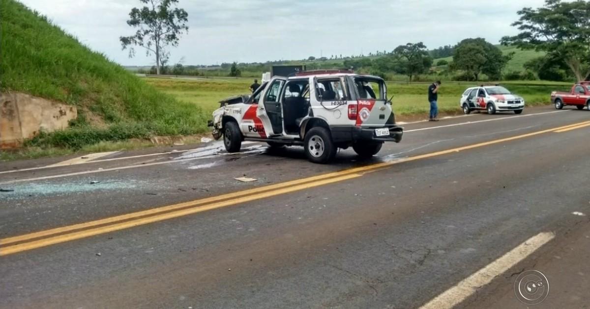Resultado de imagem para Viatura da PM bate em viaduto durante escolta de detentos em Borborema