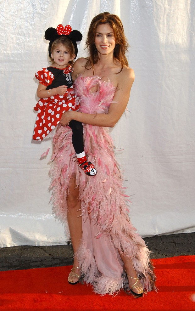 Cindy Crawford com a filha no Halloween em Los Angeles, 1993 (Foto: Getty Images)
