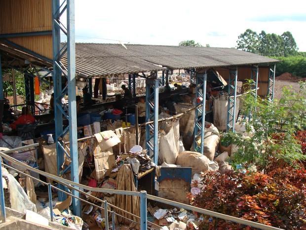 Cooperativas não tem banheiros nem equipamentos de segurança para a reciclagem (Foto: Instituto Lixo & Cidadania/Divulgação)