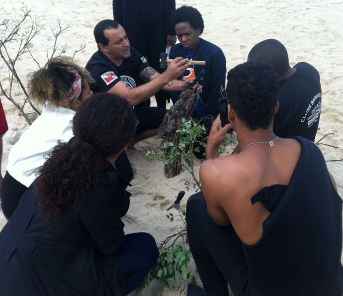 Atores que vivem os caiçaras de 'Sol Nascente' aprenderam técnicas de pesca (Foto: Anny Ribeiro / Gshow)