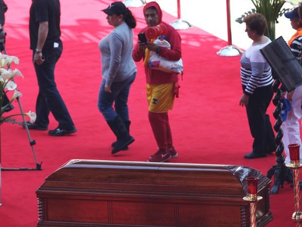 301/11/2014 – Fantasiado de Chapolin, fã se despede de Roberto Bolaños em velório no estádio Azteca (Foto: Marco Ugarte/AP)