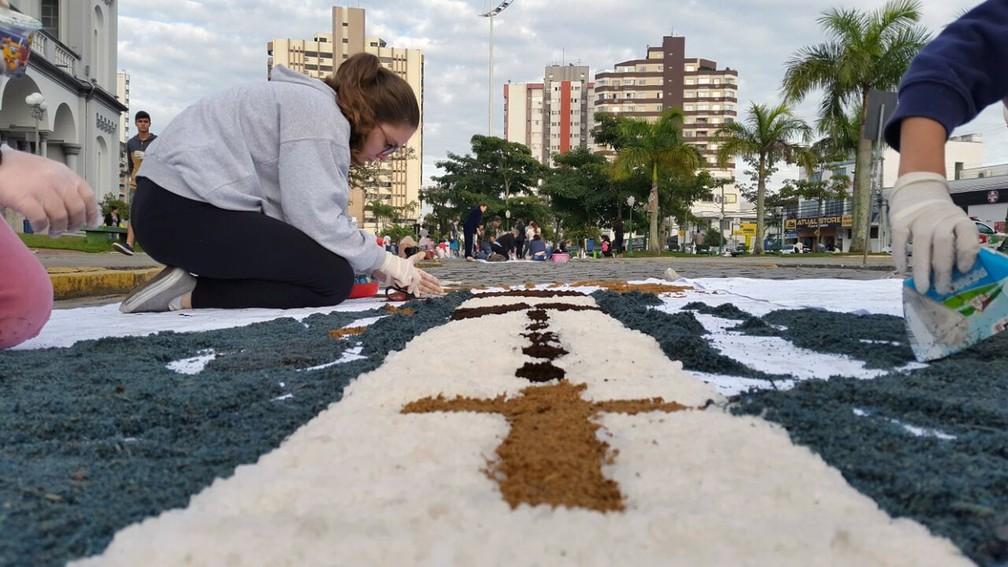 Fiéis confeccionam tapetes em Itajaí  (Foto: Luiz Souza/RBS TV)