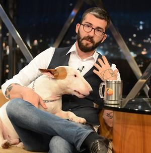 Rafael Mantesso faz fotos divertidas com seu cão (Ricardo Martins/Programa do Jô)
