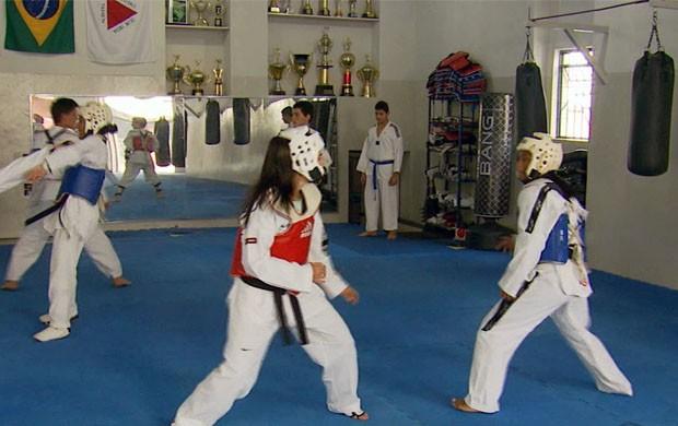 Lutadores de taekwondo de Lavras se preparam para competições (Foto: Reprodução EPTV / Erlei Peixoto)