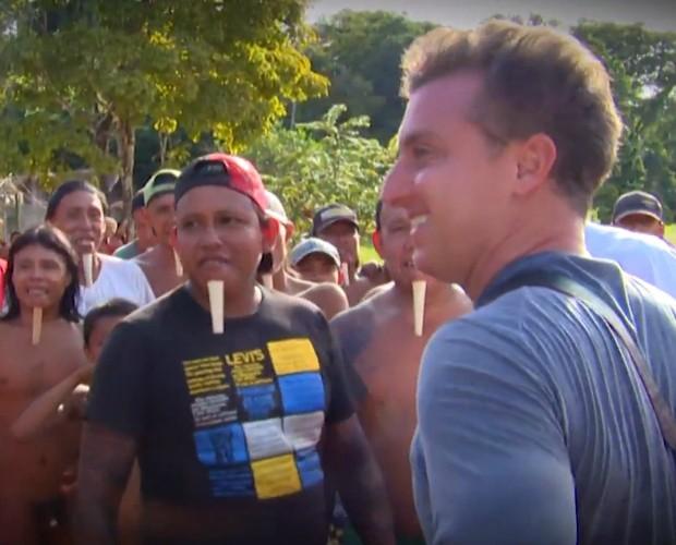 Luciano Huck chega até a tribo Zo'é (Foto: Caldeirão/TV Globo)