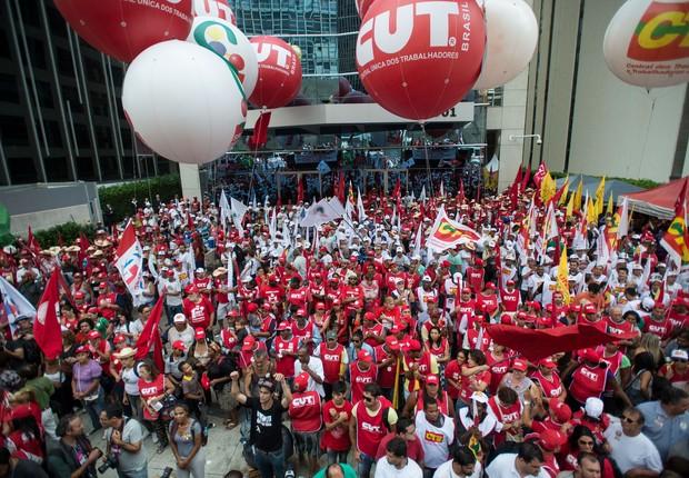 Manifestantes se concentram em frente ao prédio da Petrobras, na Avenida Paulista, antes de ato em defesa da estatal, dos direitos dos trabalhadores, da democracia e da reforma política  (Foto: Marcelo Camargo/Agência Brasil)