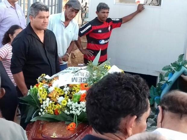 Corpo do jornalista Mateus Júnior morto no Tocantins foi enterrado por familiares na Paraíba (Foto: Beto Silva/TV Paraíba)