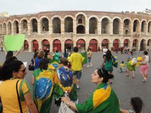 Brasileiros fazem manifestação em Verona, Itália, na quarta-feira (19) (Foto: André Luis Meireles Porto/VC no G1)