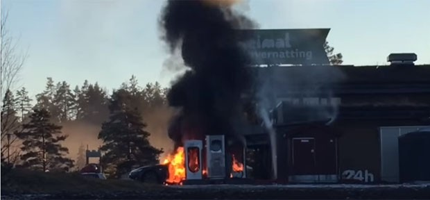 Tesla pega fogo em estação de recarga (Foto: Reprodução / Youtube)