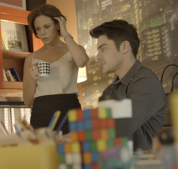Ana quer descobrir a origem de um e-mail (Foto: TV Globo)