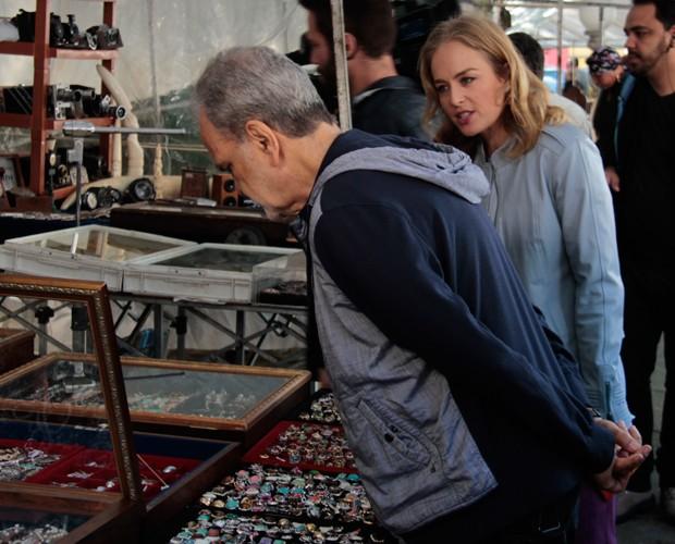 Os dois procuram um presente para a mulher do jornalista (Foto: Marcos Mazini/Gshow)