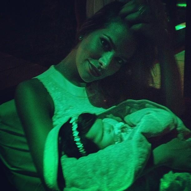 Ex-BBB Adriana aparece com boneca no colo: 'Minha filhinha' (Foto: Reprodução/Instagram)