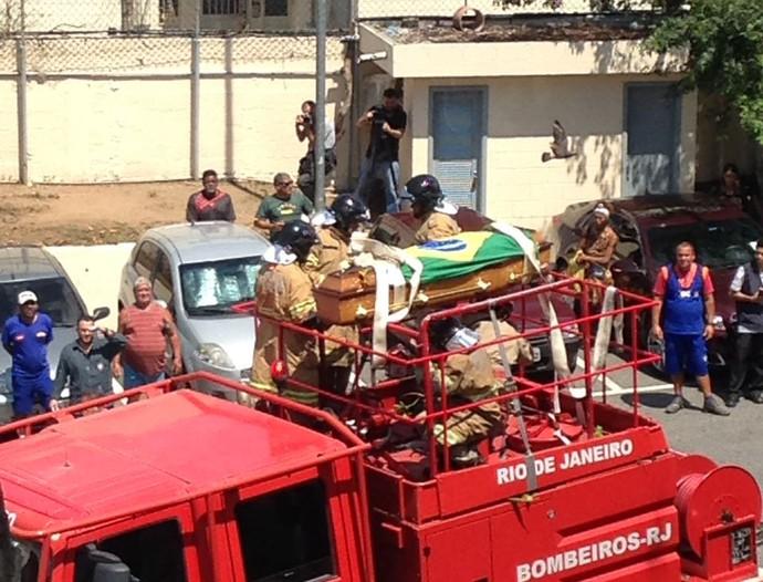 Carlos Alberto Torres enterro caixão no carro de bombeiros (Foto: Rafael Chimelli)