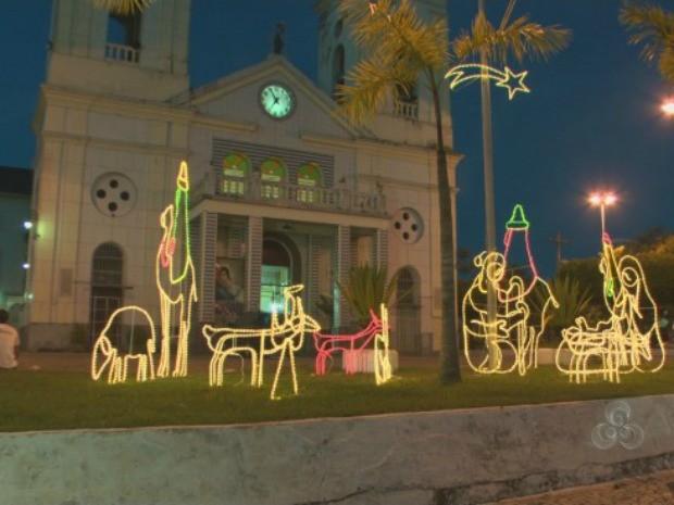 Artesão constrói enfeites de natal com ferro e pisca-pisca e ilumina as noites de Porto Velho (Foto: Reprodução/TV Rondônia)