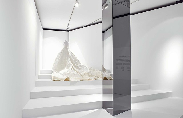 "Nell Diamond's wedding dress at the Olivier Theyskens ""She Walks in Beauty"" exhibition at MoMu Antwerp. Covered in hand embroidery, the silk-satin train alone required three months' work (Foto: MOMU ANTWERP/STANY DEDEREN)"