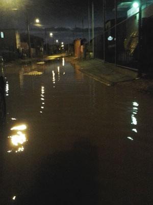 Ruas da Vila Asa Branca, no Sarandi, cercadas pela água da chuva (Foto: Paulo Ledur/RBS TV)