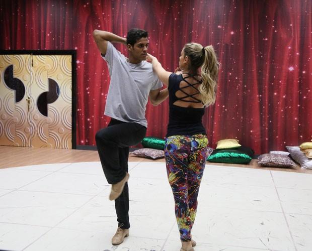 Marcello Melo Jr. e Raquel Guarini afinam coreografia (Foto: Carol Caminha/ Gshow)