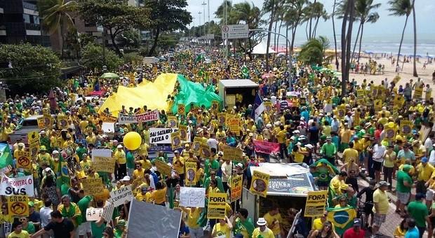 16 de agosto: manifestantes protestam em Recife (Foto: Reprodução Twitter/ @Cleubercarlos )