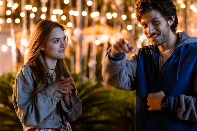 Isabelle Drummond e Chay Suede se divertem durante gravação (Foto: Ramon Vasconcelos/TV Globo)