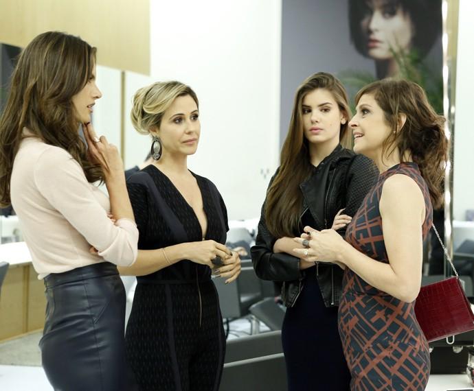 Carolina vai ao salão acompanhada de Angel e Giovanna e encontra com Samia (Foto: Ellen Soares/ Gshow)