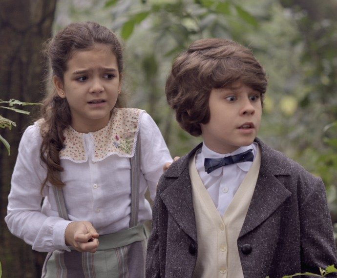Felícia e Alex entram em pânico no meio da mata (Foto: TV Globo)