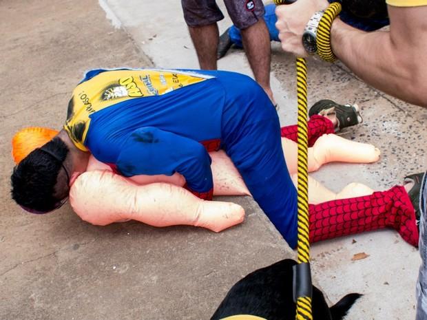 Estudante da USP simulou sexo com boneca inflável para ofender integrantes de protesto em São Carlos (Foto: Divulgação/Frente Feminista)