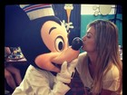 Kelly Key dá beijinho em Mickey e posta foto