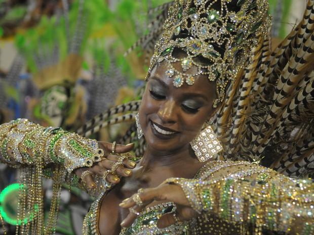 A atriz Cris Vianna, intérprete de Julia na novela 'Salve Jorge', desfila pela Imperatriz Leopoldinense como rainha da bateria (Foto: Alexandre Durão/G1)