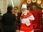 Nem ele resiste! Giovanna Antonelli faz foto com Papai Noel em shopping