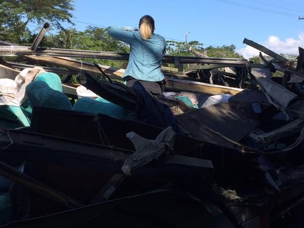 Perícia no ônibus do acidente na Rodovia Mogi-Bertioga  (Foto: Solange Freitas/G1)