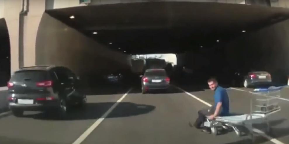 Um rolê com um carrinho de mercado pela rodovia (Foto: Reprodução/ YouTube)
