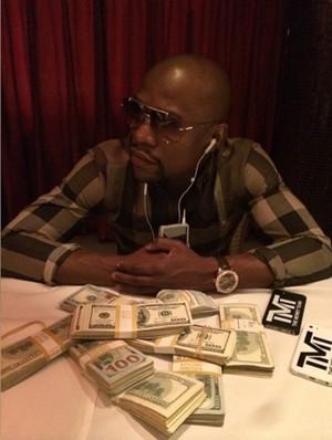 Floyd Mayweather exibe maços de dinheiro antes de distribuir para strippers (Foto: Reprodução Facebook)