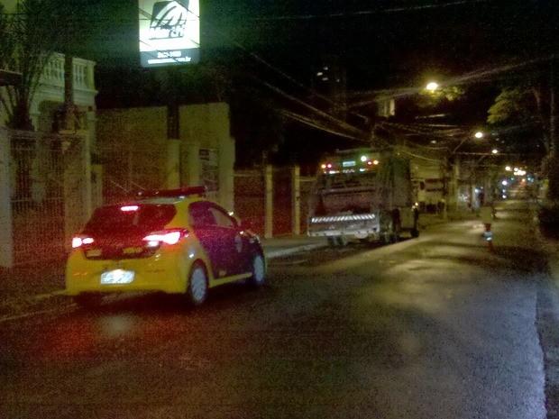 Caminhões fazem coleta do lixo durante a madrugada em Piracicaba (Foto: Valter Martins/Piracicaba em Alerta)