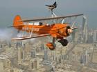 Mulheres fazem acrobacias presas a aviões que sobrevoam Kuwait
