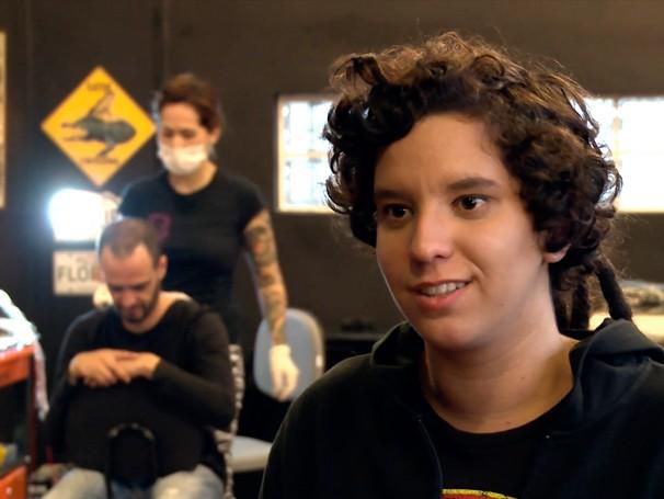 Amanda Corrêa, 17, quer se decidir entre as carreiras de tatuadora, fotógrafa e fisioterapeuta (Foto: Divulgação)