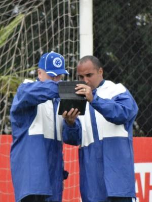 Deivid mostra para Mano Menezes gravação de treino do Cruzeiro (Foto: Maurício Paulucci)