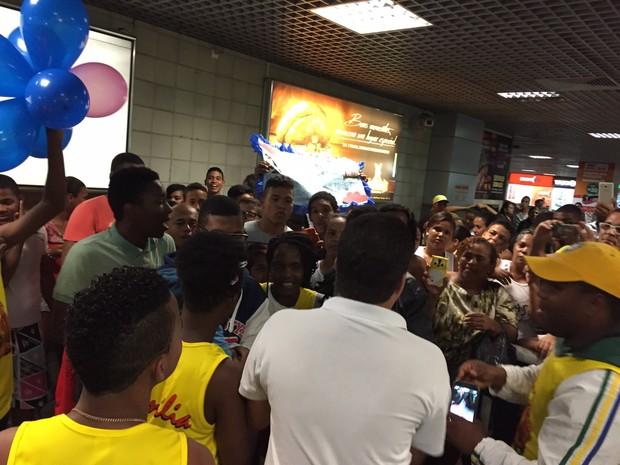 Lucas e Orelha desembarcam em aeroporto de Salvador, na Bahia (Foto: Divulgação)