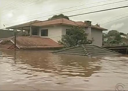 Casas ficaram submersas até o telhado em Águas de Chapecó (Foto: Reprodução/RBS TV)
