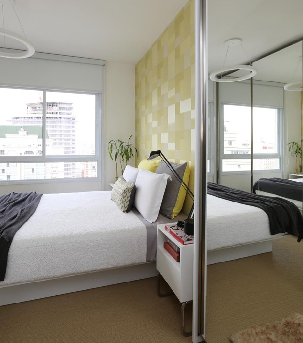 4-O quarto de casal tem papel de parede Orlean e mobiliário desenhado pelo arquiteto Orlando Denardi. Execução Formas Móveis (Foto: Mariana Orsi/Divulgação)