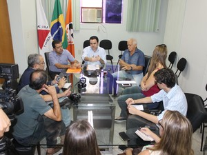 Prefeito fez anúncio durante coletiva em Divinópolis (Foto: Pablo Santos)