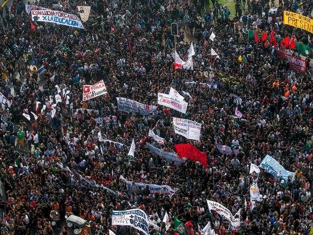 Protesto reuniu 150 mil manifestantes, segundo organizadores, e 40 mil, segundo a polícia de Santiago (Foto: Pablo Sanhueza/Reuters)