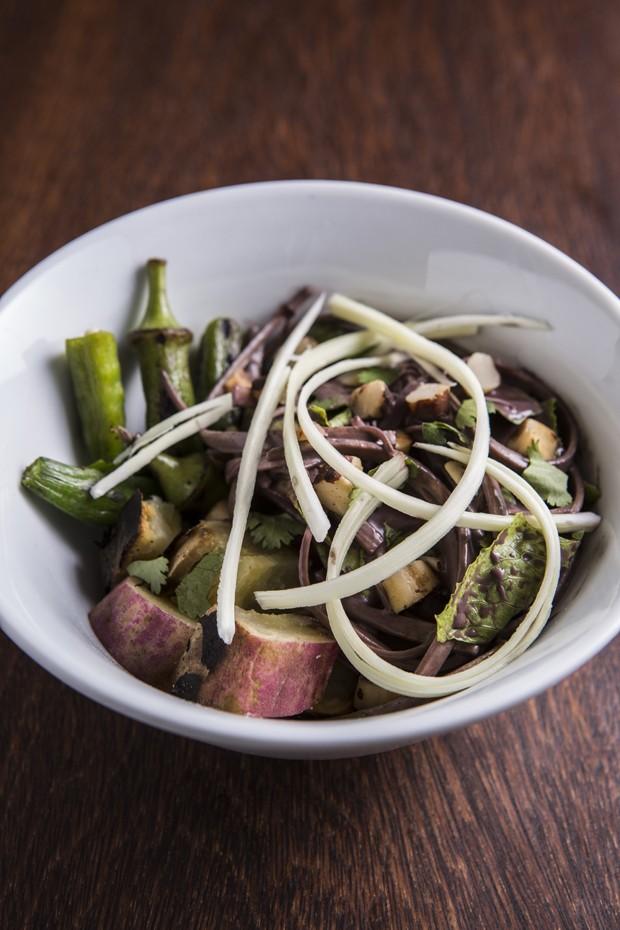 Salada de pupunha, batata-doce, quiabo, castanha-do-pará, mix de folhas (Foto: Ricardo D'Angelo)