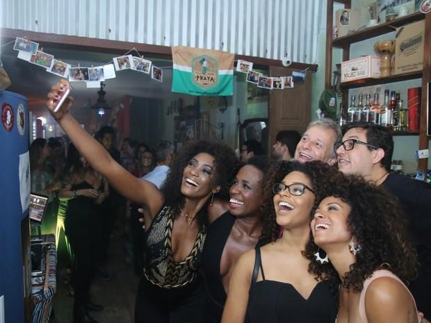 Parte do elenco de Sol nascente em festa na Zona Oeste do Rio (Foto: Daniel Pinheiro/ Ag. News)